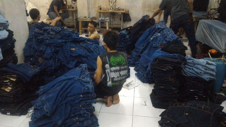 proses buang benang konveksi celana jeans bandung