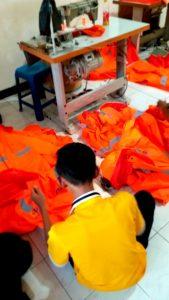 Team nugraha konveksi lagi merapihkan jas hujan PLN UBJOM INDRAMAYU untuk dipacking